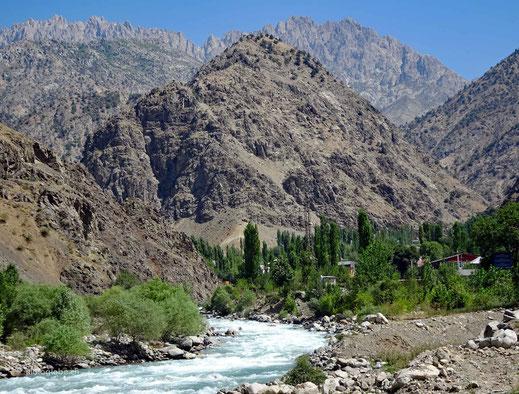 Am Yarob Fluss zieht die wohlhabenden von Dushanbe an