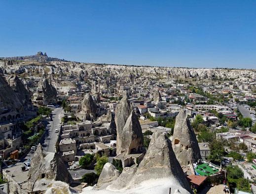 Die Ortschaft Göreme, die mitten in den speziellen Steinformationen liegt