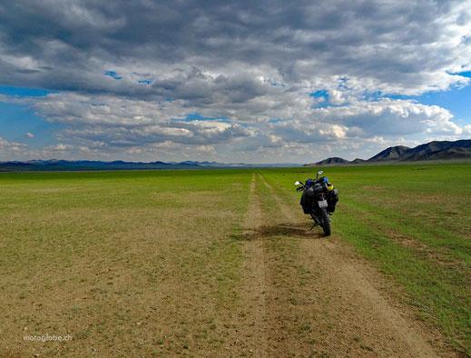 Motorrad, Sandtrack, grüne Wiesen, bewölkter Himmel, Berge