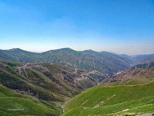 Von der Passhöhe ist das Fargan Tal ganz hinten erkennbar