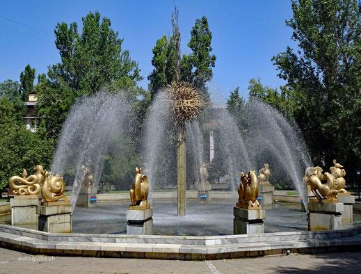 Springbrunnen gibt es an jeder Ecke und Park