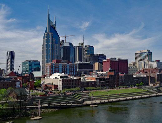 Motoglobe_Motorradreisen. Die Höchhäuser des Stadtzentrums von Nashville stehen hinter dem Mississippi und Parkanlage.