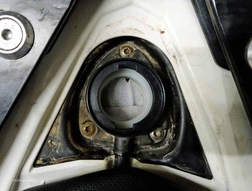 Direkt beim Einfüllstutzen wird der Benzinfilter eingebaut
