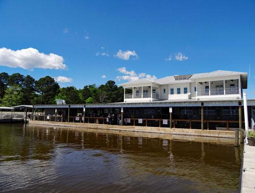 Motoglobe_Motorradreisen. Das Restaurant befindet sich direkt am See und verfügt über eine schöne Terrasse auf den See.