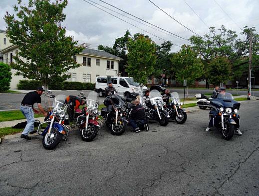Motoglobe_Motorradreisen. Die Motorräder stehen auf einer Nebenstrasse neben dem Eagle Rider Vermietungsstation in New Orleans und die Fahrer geben die Motorräder an die Vermieter zurück.