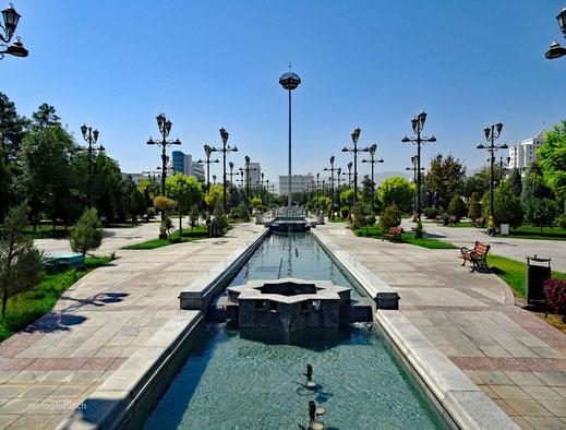 Einer dieser menschenleeren Parks in Aschgabat