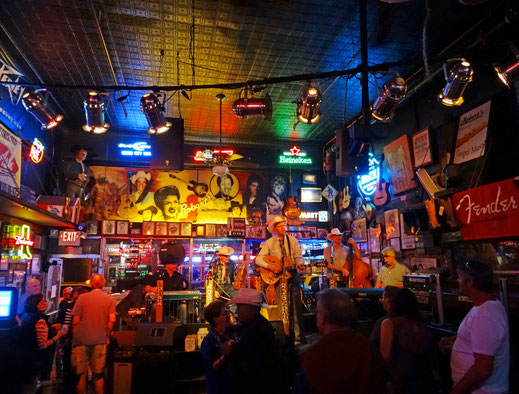Motoglobe_Motorradreisen. Eine Band steht auf der Bühne und spielt Countrymusik im Robert's Western World Club in Nashville, Tennessee, USA.