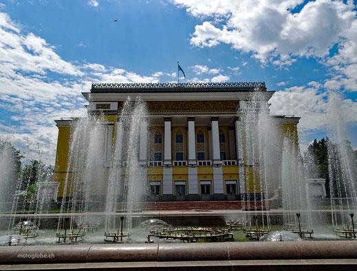 Auch vor der Oper gibt es Wasserspiele