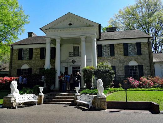 Motoglobe_Motorradreisen. Das grosse weisse Haus von Elvis Prelsey, genannt Graceland, steht im Sonnenlicht in einer schönen Parkanlage.