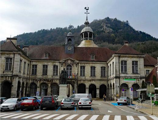Motorradreisen; Vom Parkplatz aus gibt es einen schönen Blick auf das Bürgermeisterhaus mit angeschlossener Therme in der Ortschaft Salins-les-Bains.