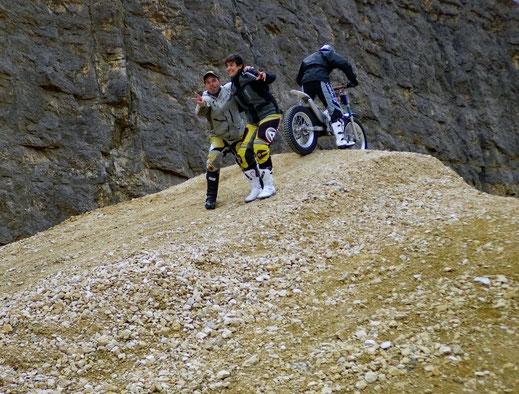 Motorradreisen. Zwei Instruktoren am Slidingkurs 2 der Cornu Masterschool umarmen sich und lachen.