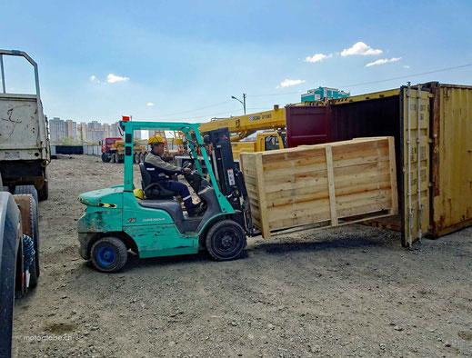 Gabelstapler, Holzkiste, Kiesplatz, Container, Lastwagen, blauer Himmel, Hochhäuser