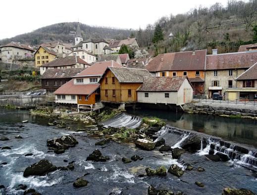 Motorradreisen: Wir blicken auf den Fluss Loue und der wunderschönen Ortschaft Louds, welches zu den schönsten Dörfern Frankreichs gehört.