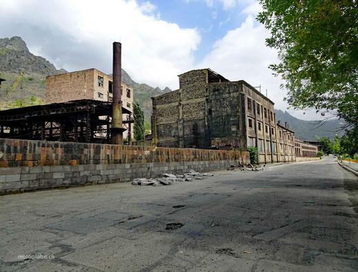 Haupstrasse in Alaverdi mit der brach liegenden Kupferhütte
