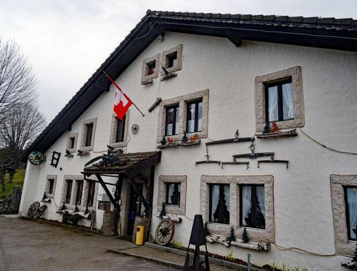 Motorradreisen: Wir stehen auf dem Parkplatz vom Restaurant Les Roches de Moron im Schweizer Jura.