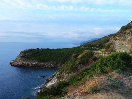 Das Meer und die Küstenstrasse von Bastia zum Nordkap in Korsika
