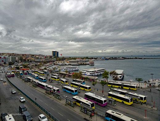 Frühstücksraum mit Aussicht auf den istanbuler Fährhafen Kadiköy