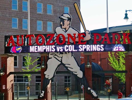 Motoglobe_Motorradtouren. Ein riesige Werbetafel mit eine Baseball spielenden Mann und Angaben zum Spiel sind übergross aufgestellt.