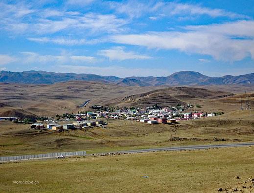 Typische Siedlung entlang der Route durch das schwerbewachte Gebiet