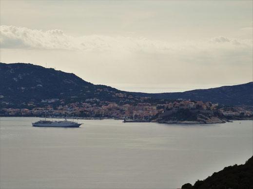 Motorradreisen Ausblick aufs Meer und den Golf von Calvi mit der Stadt im Hintergrund