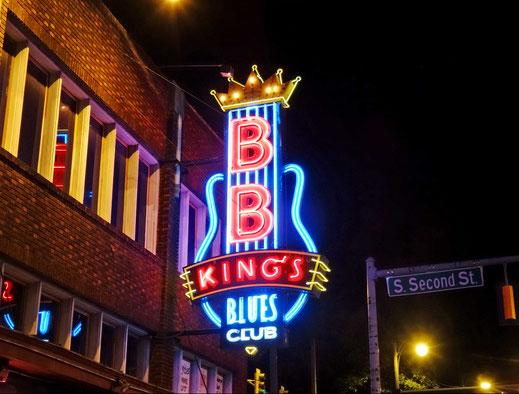 Motoglobe_Motorradreisen. Eine übergrosse Leuchtreklame mit der Aufschrift BB Kind Musikclub leuchtet in der Nacht in Memphis, Tennessee.