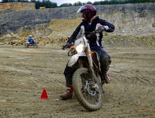 Motorradreisen Motorrad fährt durch Wasser, Kiesgrube, Sand, Steine