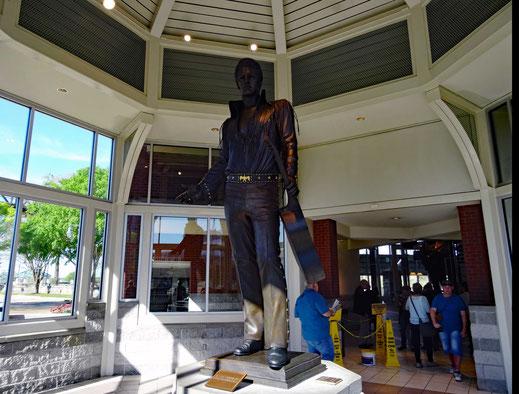 Motoglobe Motorradreisen. Die Stahlfigur von Elvis Presley steht in einer Halle am Hafen von Memphis.