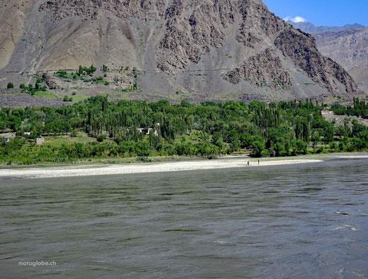 Afghanischer Strand am Grenzfluss