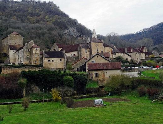 Motorradreisen. Wir blicken auf die schöne Siedlung Baume-les-Messieurs mit der alten Abtei Saint-Pierre