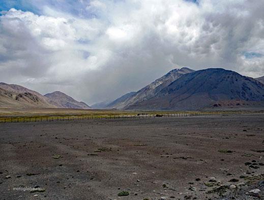 Der Pamir Highway führt über lange Zeit der Chinesischen Grenze entlang