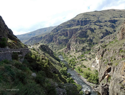 Entlang des Fluss Kura geht es zur Höhlenstadt Wardsia