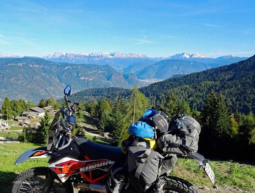 Ausblick vom Gampelpass auf die Dolomiten