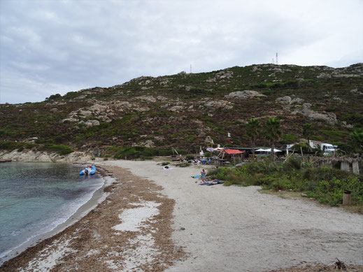 Motorradreisen Blick auf den Strand und die Strandbar Mara Beach