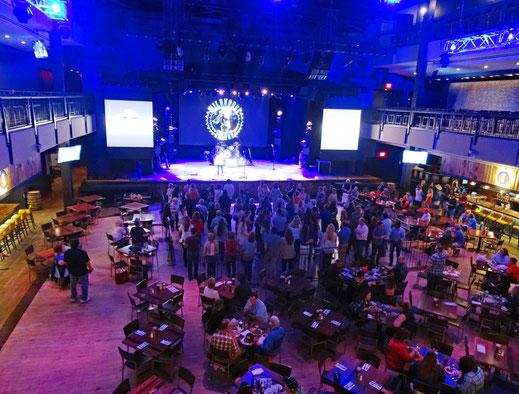 Motoglobe_Motorradreisen. Viele Menschen stehen auf der Tanzfläche und üben zusammen den Line Dance im White Horese Saloon, Nashville, USA.