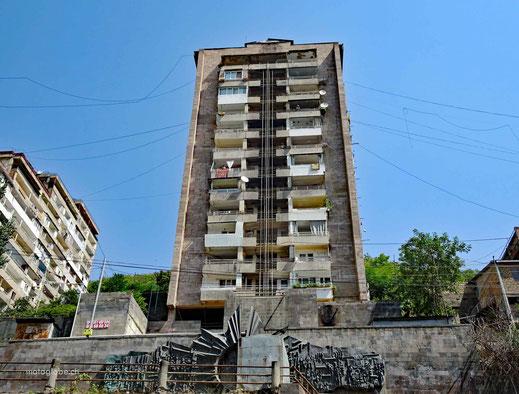 Solche von den Russen gebaute Wohnhäuser sind häufig anzutreffen