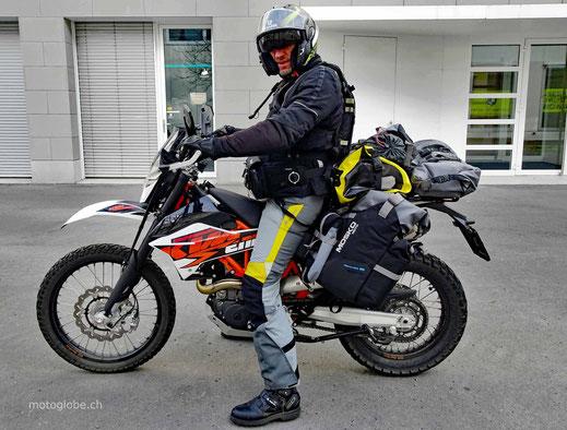 Motorrad mit Fahrer und Gepäck