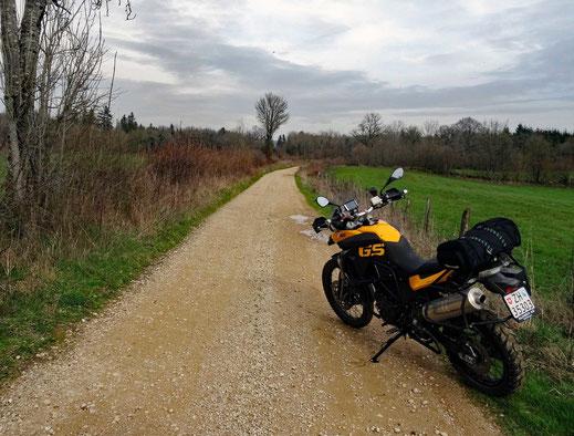 Motorradreisen: Die BMW f800GS steht auf einer Schotterstrasse Richtung Clarivaus-les-Lacs.