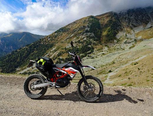 Motorrad KTM 690 Enduro auf Schotterstrasse in den Bergen