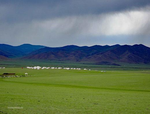 Grüne Wiesen, Gebirge, Regenwolken, Ger Camp, Schafsherde