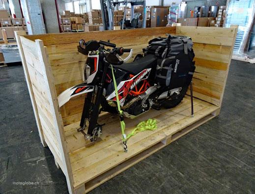 KTM Motorrad in einer Transportkiste