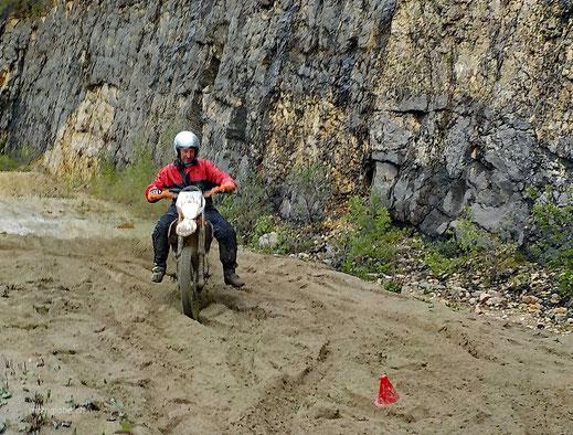 Motoglobe_Motorradreisen. Ein Enduromotorrad schlängelt sich durch den Sand.