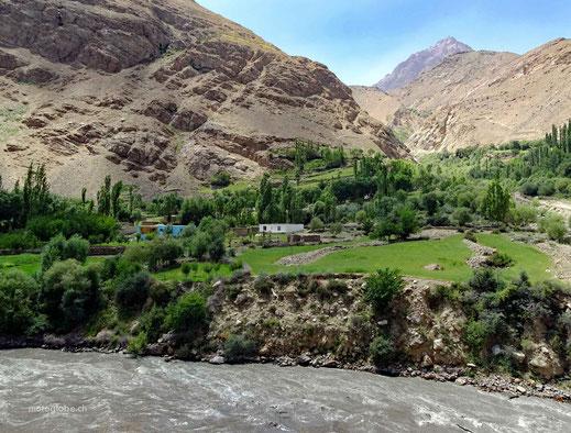 Dei ersten Häuser auf der afghanischen Seite