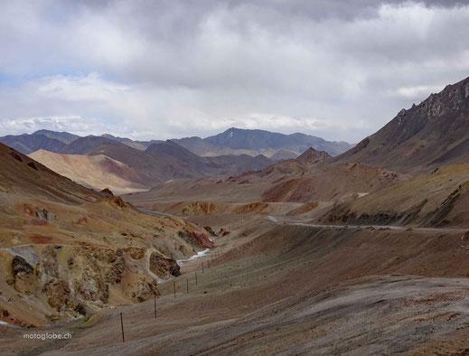 Die Strasse schlägelt sich durch die Berge runter nach Murgab