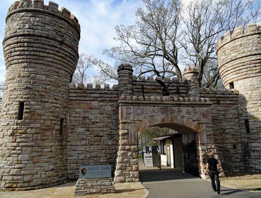 Motoglobe_Motorradreisen. Die zwei Steintürme stehen links und rechts neben dem Tor zum Point Park, wo sich der Aussichtspunkt über die Ortschaft Chattanooga befindet.
