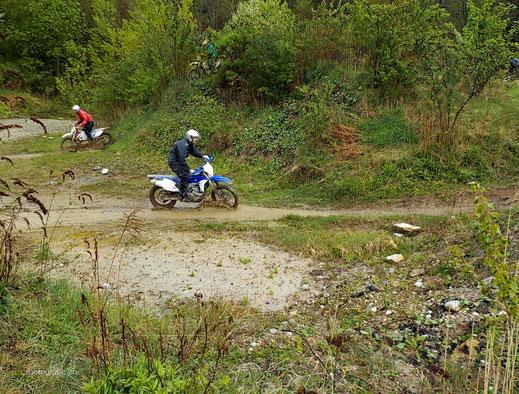 Motorradreisen: Wir weichen mit eine Slide eine Stein so aus, dass er zwischen den Rädern hindurch geht, als Übung des Slinding Kurs 2 der Cornu Master School