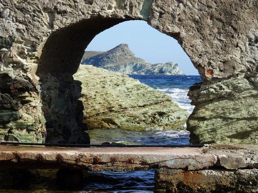 Motorradreisen; Steinformation mit Blick aufs Meer und Insel