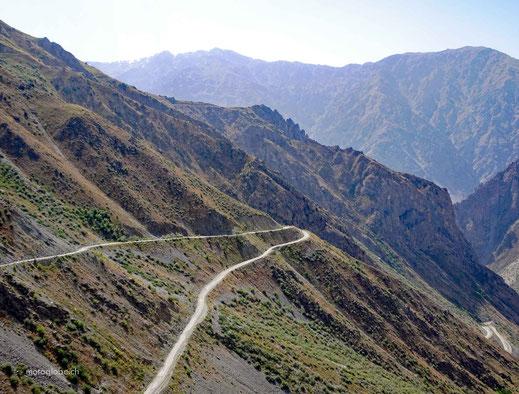 Kaum gestartet, geht es schon zum Khaburarbot Pass hinauf