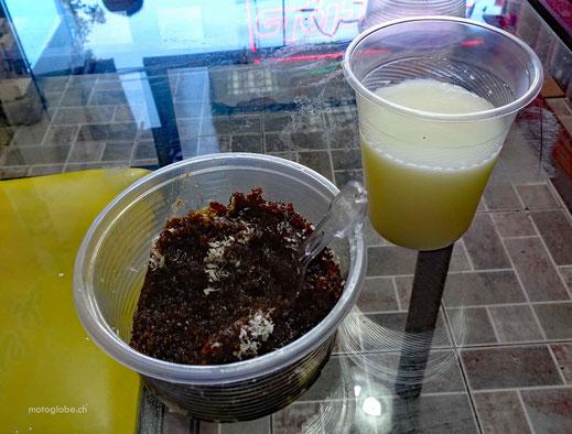 Mein Dessert. Schwarzes Sesammus mit Honig und ein Glas Dugh dazu