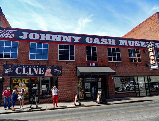 Motoglobe_Motorradreisen. Der rote Backsteinmuseun des Countrysängers Johnny Cash steht langezogen an der 2nd Ave. in Nashville, USA.