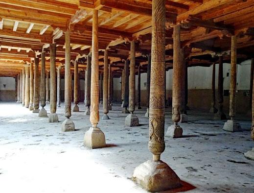 Die Freitagsmoschee. Die Decke wird von 215 verzierten Holzsäulen gehalten